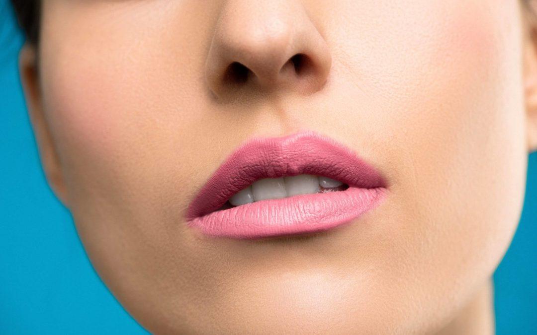 Białe plamy na zębach: co oznaczają, jak się ich pozbyć?